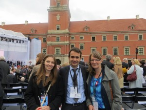Sarah Grandke (right) and two participants on the tribune in front of Warsaw's Royal Castle. Photo: Katharina Dziuk