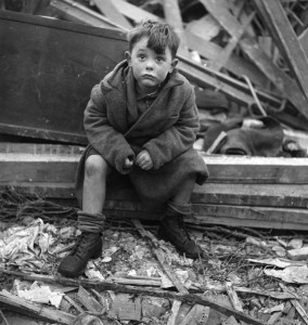Child in London during WWII (Copyright: picture-alliance / akg-images)