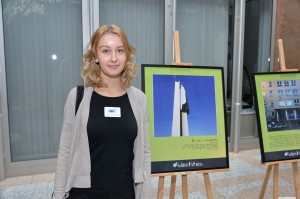 Maria in front of her own picture| Photo: EU Commission/DG REGIO