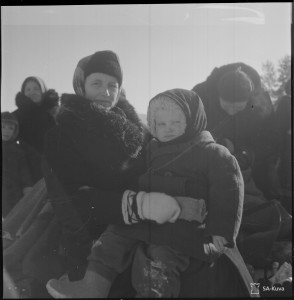 After the wars, more than 400 000 people had to leave their homes. This photo has been taken during evacuations in Kurkijoki in Russian Karelia.  (Photo: The Finnish Defence Forces, SA-picture/SA-kuva)