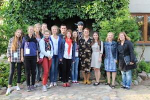 Mrs. Kłobuszańska and participants of the History Camp (Photo: Karolina Kaleta/Körber-Stiftung).