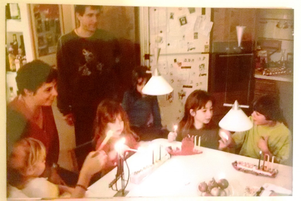 This foto shows how Shir celebrated Hanukkah in her childhood. Still today her family and the Cohen-Latkes are quite important to her. (Photo: Shir Cohen)