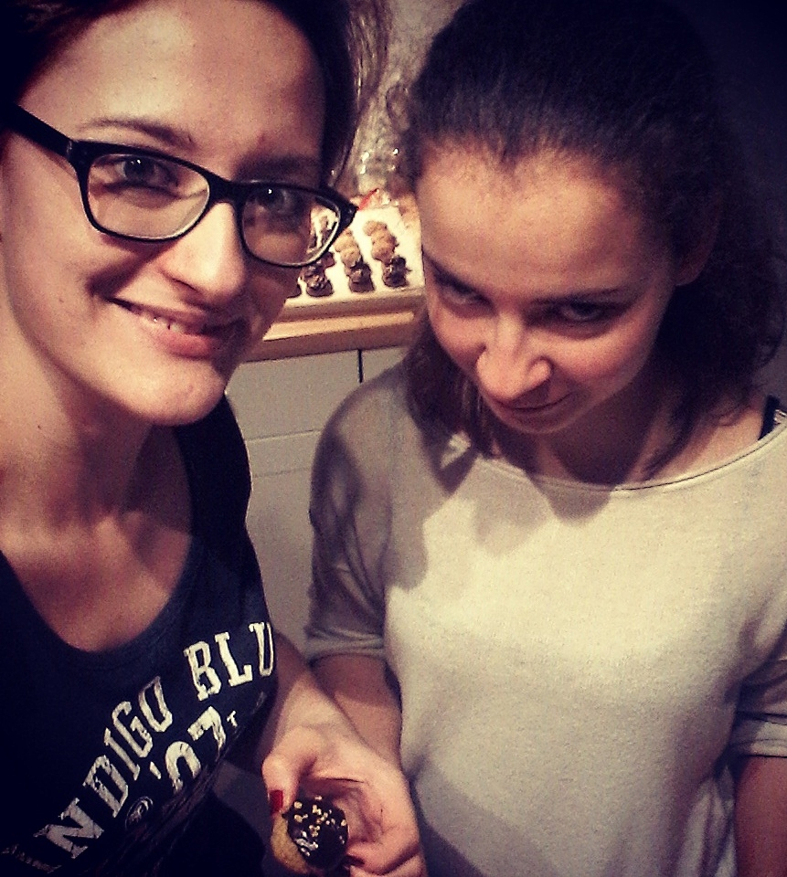 Sometimes change is good and old traditions need to be replaced. Tamara and her sister trying out new christmas cookie recipes. (Photo: Tamara Čakič)